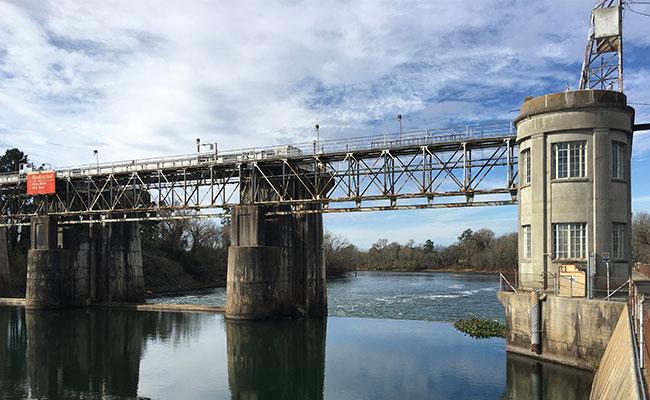 利乐ca88亚州城ca88亚州城了一条全河流宽度的岩石堰鱼通道,以取代老化的新萨凡纳布拉夫水闸和大坝.